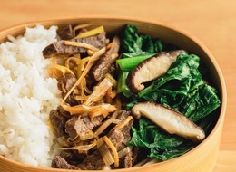 牛肉のかりかり炒め・小松菜炒め・押麦ご飯のお弁当