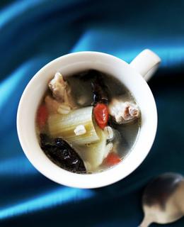 鶏手羽の薬膳風スープ