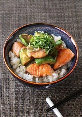 簡単 アボカドと鮭の柚子胡椒丼