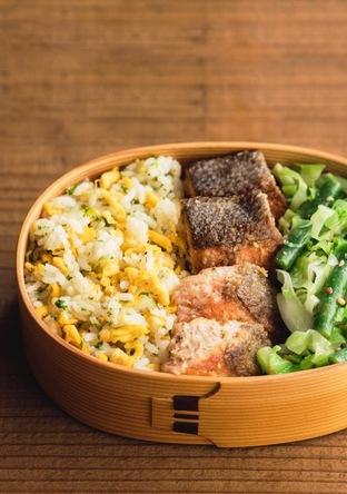 鮭のスパイシー焼き・野菜のマスタードあえ・炒飯のお弁当
