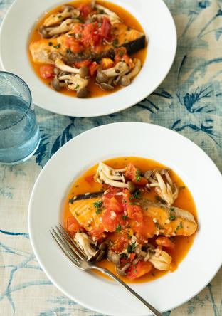 鮭とトマトとしめじのアクアパッツァ