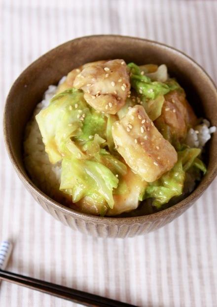 キャベツと鶏胸肉のピリ辛味噌丼 回鍋肉風