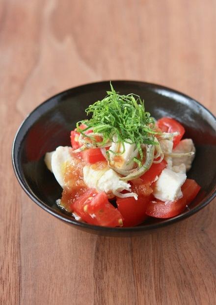 くずし豆腐のトマトと大葉たっぷりサラダ