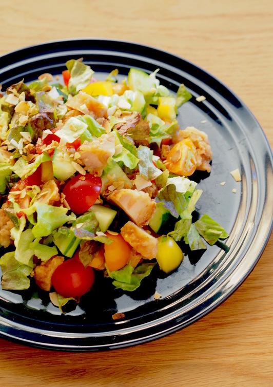 鶏から揚げで彩りチョップドサラダ
