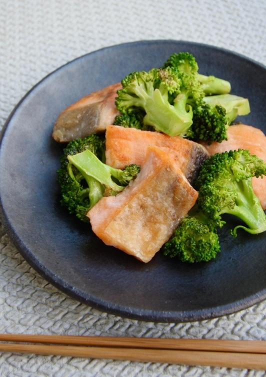 旬の秋鮭とブロッコリー炒め