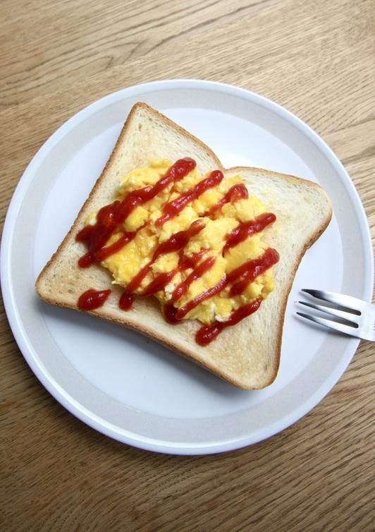 電子レンジでスクランブルエッグトースト
