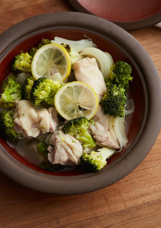 鶏肉・ブロッコリー・玉ねぎのレモン蒸し鍋
