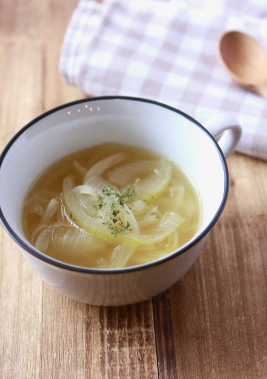 シンプルに玉ねぎのコンソメスープ