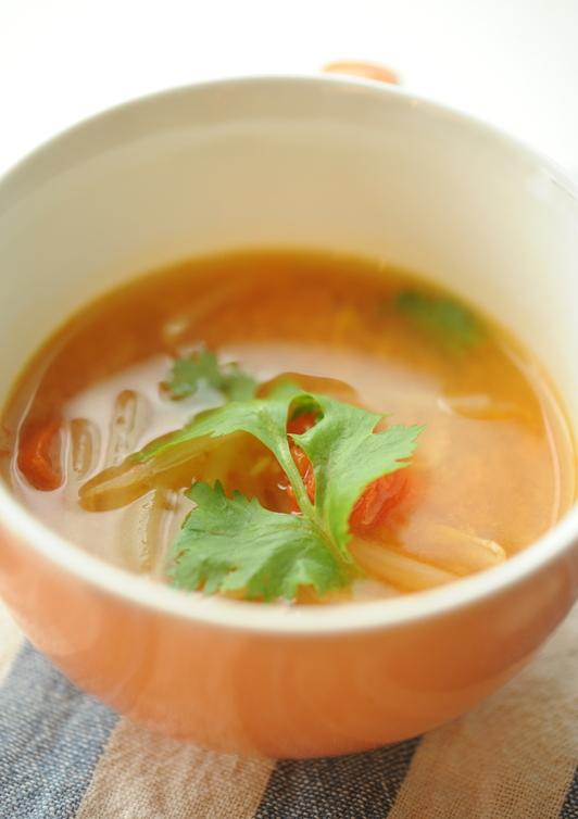 えびとトマトのエスニック風スープ