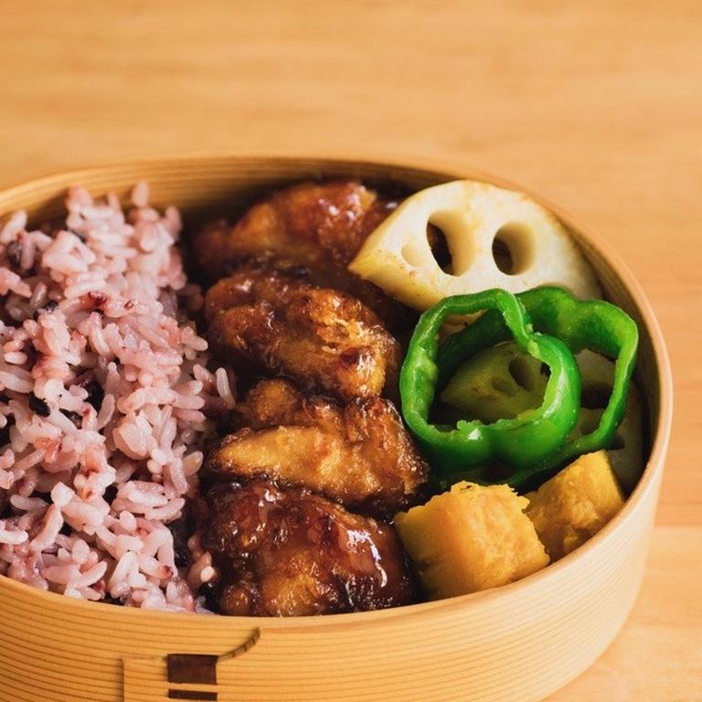 酢鶏・野菜の焼き蒸し・黒米ご飯のお弁当