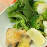 鮭水煮缶のチーズ焼き♓たっぷり野菜添え