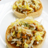 春野菜 しらすと納豆のオープンサンド