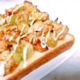 アボカドとサラダチキンのトースト
