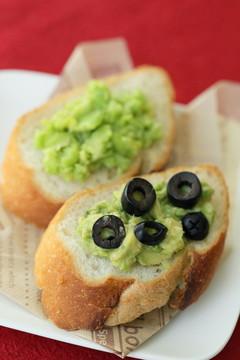フランスパン2種のグリーンディップのせ