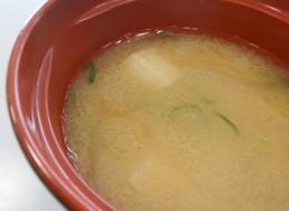 たまねぎと麩の味噌汁