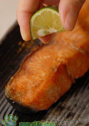 シンプルに秋鮭の塩焼き すだち風味