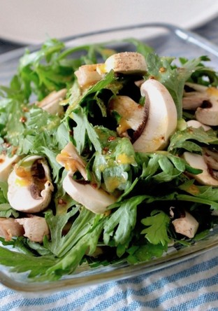 生で味わう春菊とマッシュルームのサラダ