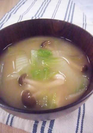白菜と玉葱とシメジの味噌汁