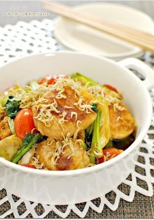 かぶの豚肉巻きと野菜のちりめん生姜焼き