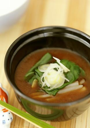 緑豆もやしとつるむらさきの赤味噌汁