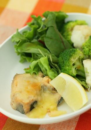 鮭水煮缶のチーズ焼き たっぷり野菜添え