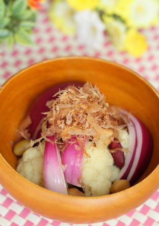 カリフラワーと赤玉ねぎのカツオ風味サラダ