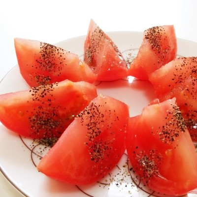 トマトにピリリ ブラックペッパーだけ