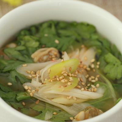 春菊とあさりの香り豊かなピリ辛スープ