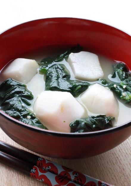 里芋とほうれん草の味噌汁