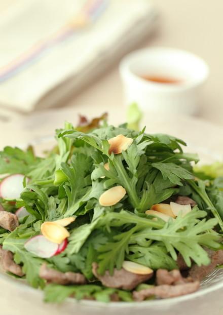 フレッシュ春菊と牛肉のピリ辛サラダ