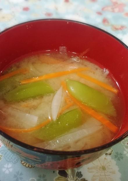 スナップえんどうと大根人参の味噌汁