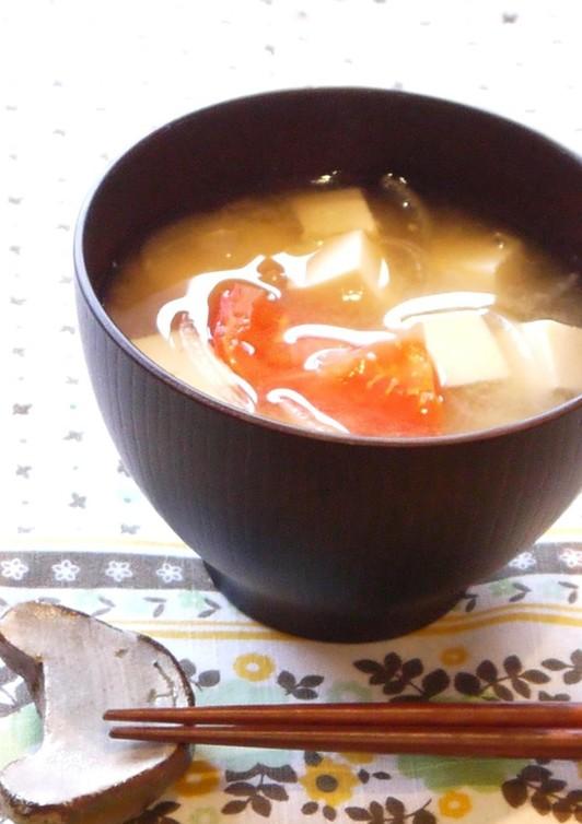 栄養満点 トマトと豆腐の味噌汁
