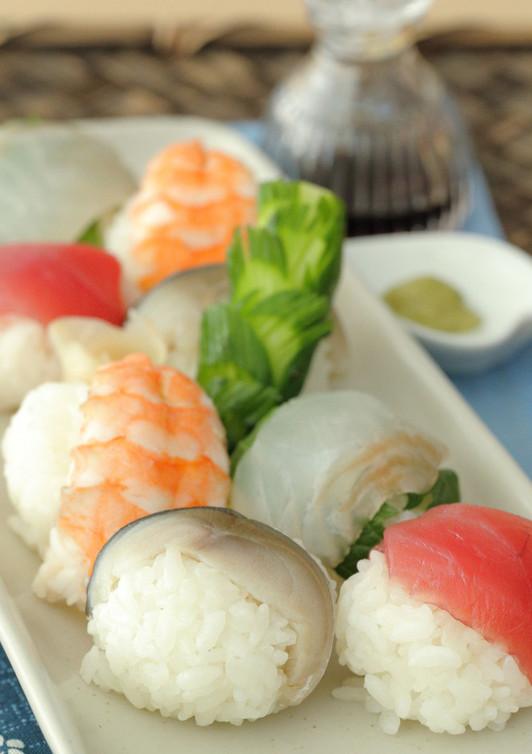 コロンとかわいらしい手鞠寿司