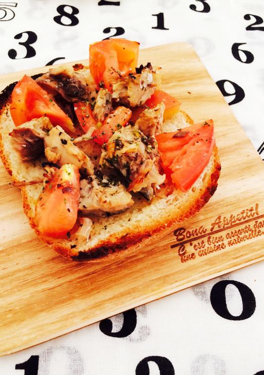 鯖缶とトマトの夏トースト