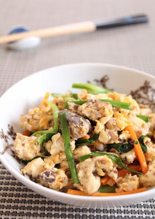 サバ缶とニラの炒り豆腐