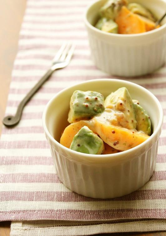 柿とアボカドのヨーグルトサラダ