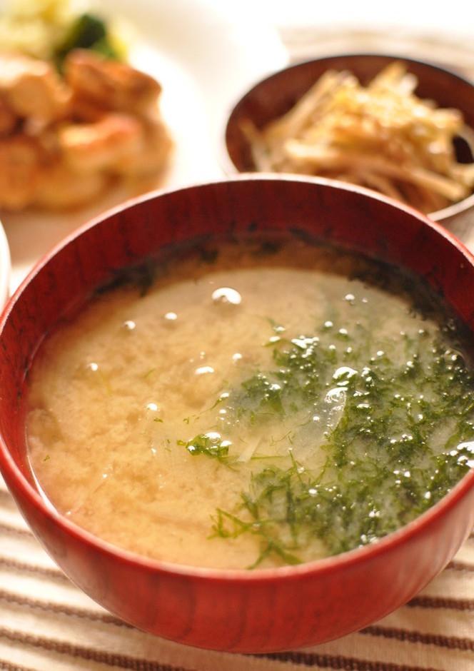 玉ねぎとアオサの味噌汁