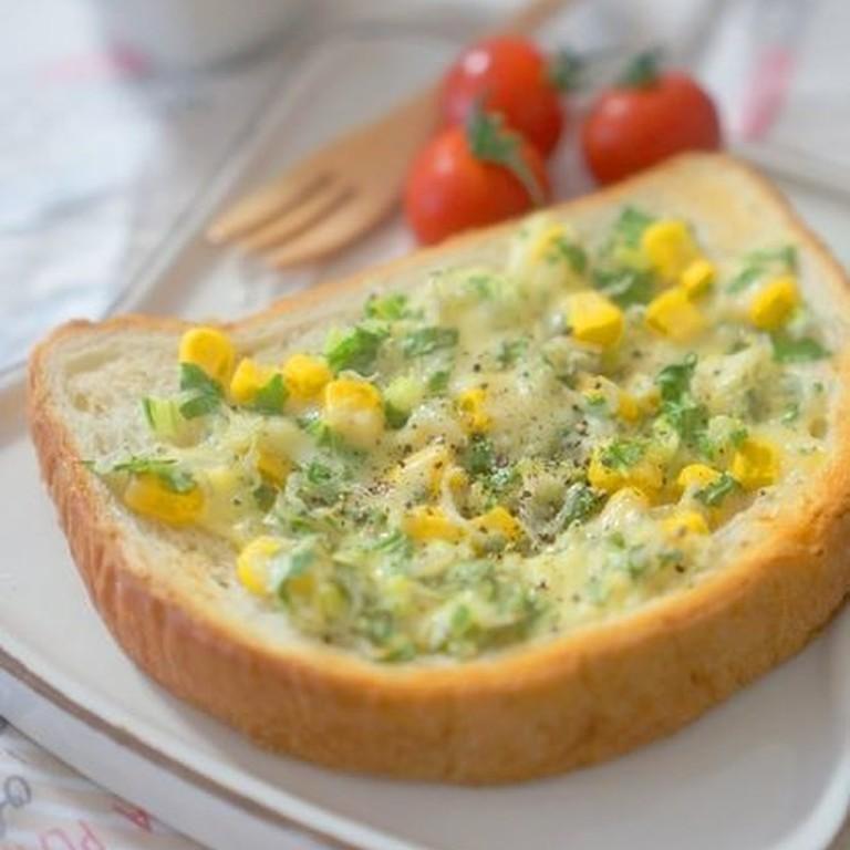 セロリの葉とコーン じゃこのチーズトースト