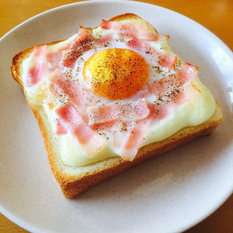 とろーり卵のベーコン トースト