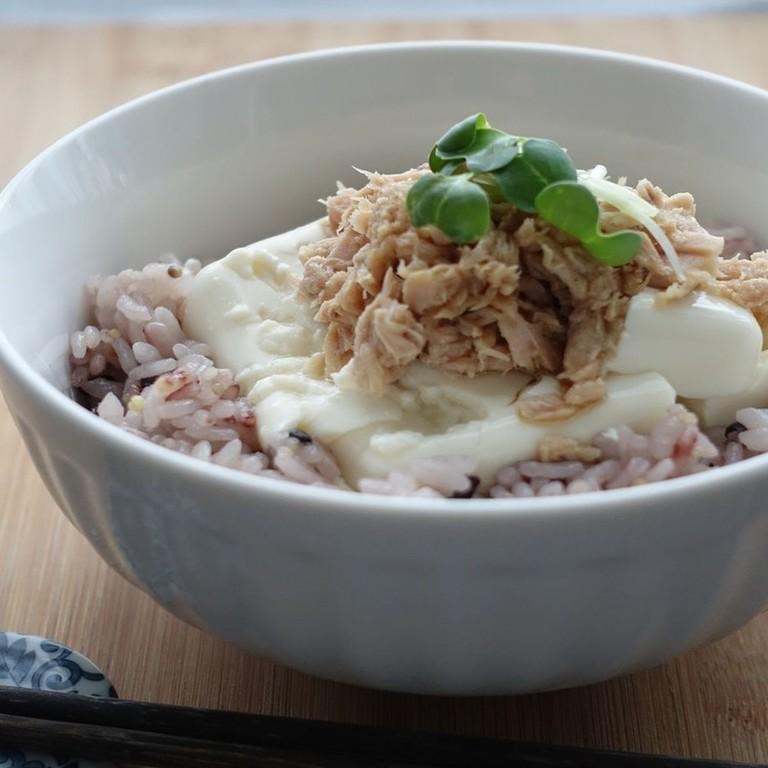 雑穀米と豆腐ツナで簡単私のダイエット丼